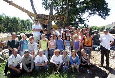 Młodzież na remontowanej śluzie w Niemnowie
