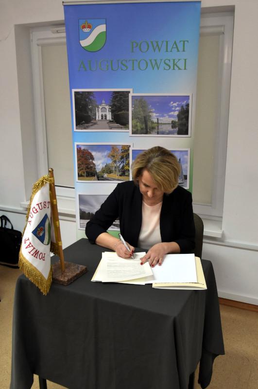 podpisanie porozumienia dotyczącego objęcia przez Wydział Prawa Uniwersytetu w Białymstoku patronatem I Liceum Ogólnokształcącego im. Grzegorza Piramowicza w Augustowie