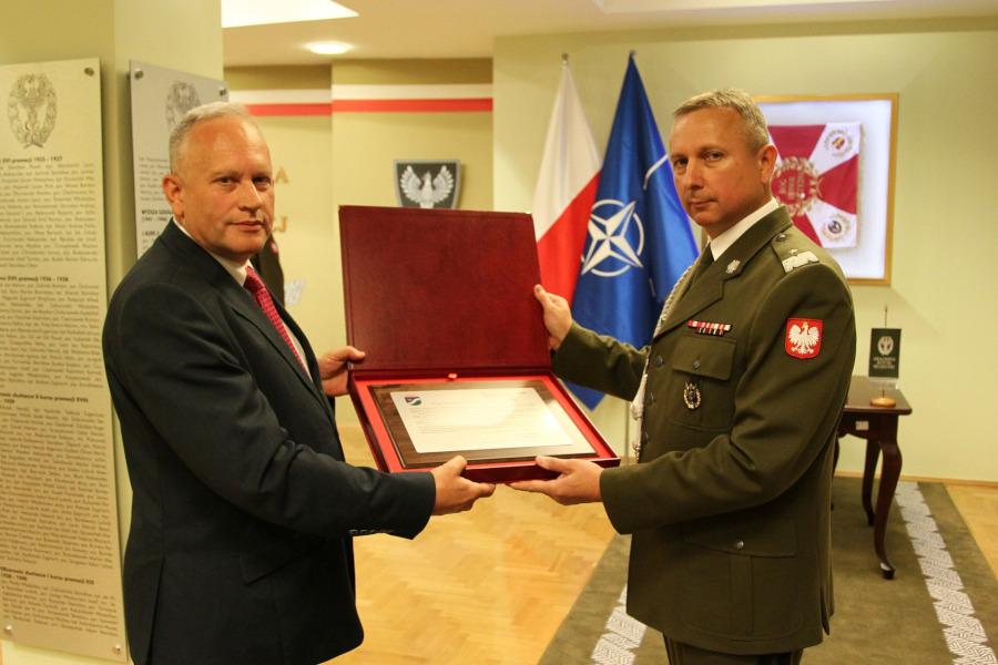 przekazanie pamiątkowego grawertonu przez Jarosława Szlaszyńskiego