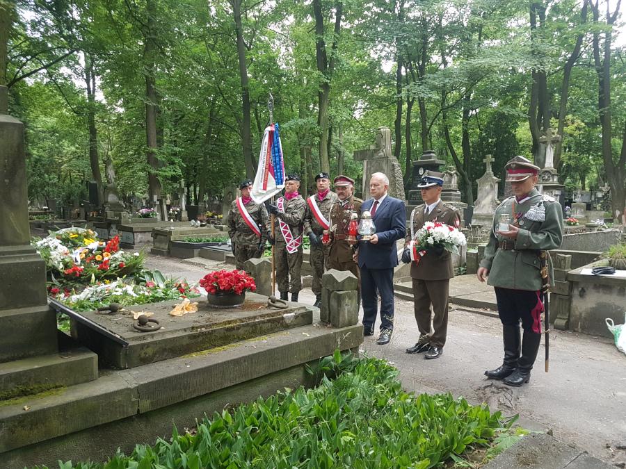 Złożenie kwiatów i zapalenie zniczy na grobach żołnierzy 1 Pułku Ułanów Krechowieckich