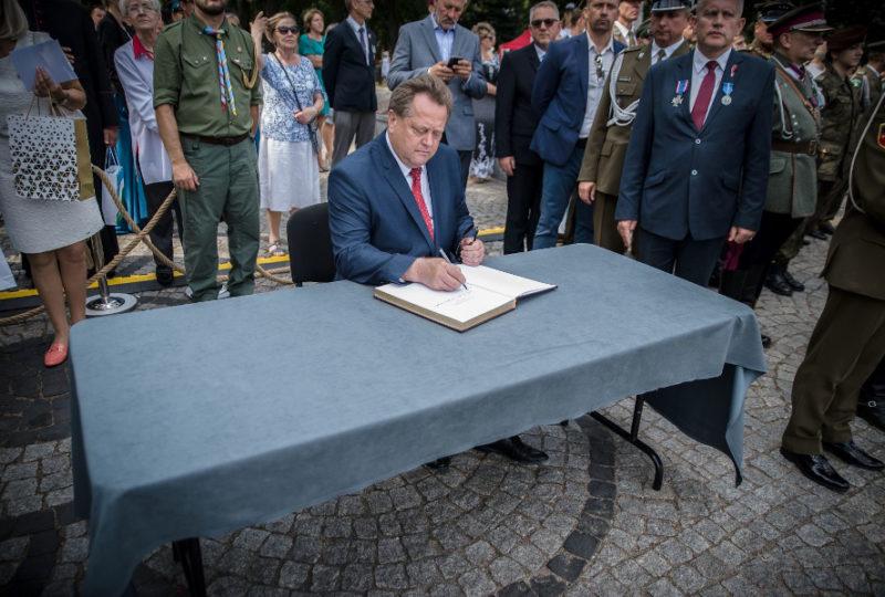 Pamiątkowy wpis wiceministra Jarosława Zielińskiego do Księgi Niepodległości