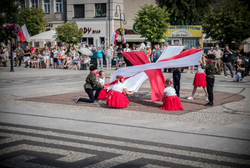 Taniec z flagami uczniów Szkoły Podstawowej Nr 3 w Augustowie