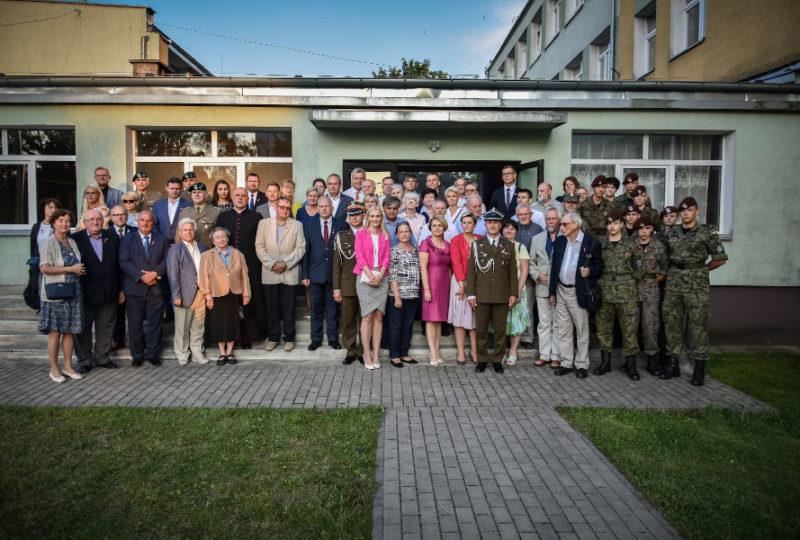 Zdjęcie grupowe uczestników konferencji naukowej poświęconej problematyce odzyskania niepodległości przez Ziemię Augustowską w latach 1918-1920