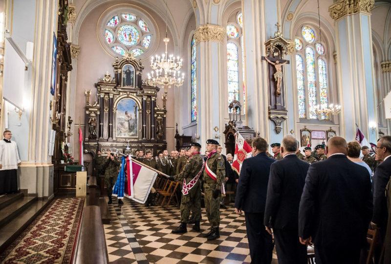 Wprowadzenie sztandaru Batalionu Czołgów Ułanów Krechowieckich do Bazyliki Mniejszej pw. NSJ w Augustowie