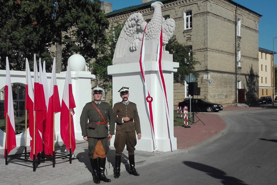Odrestaurowane orły na bramie do dawnych koszar 2. Pułku Ułanów Grochowskich
