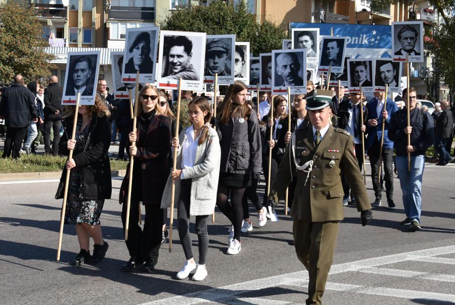 Młodzież z portretami Ofiar Obławy Augustowskiej