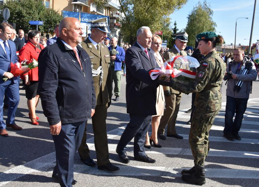 Złożenie kwiatów przez delegację Powiatu Augustowskiego