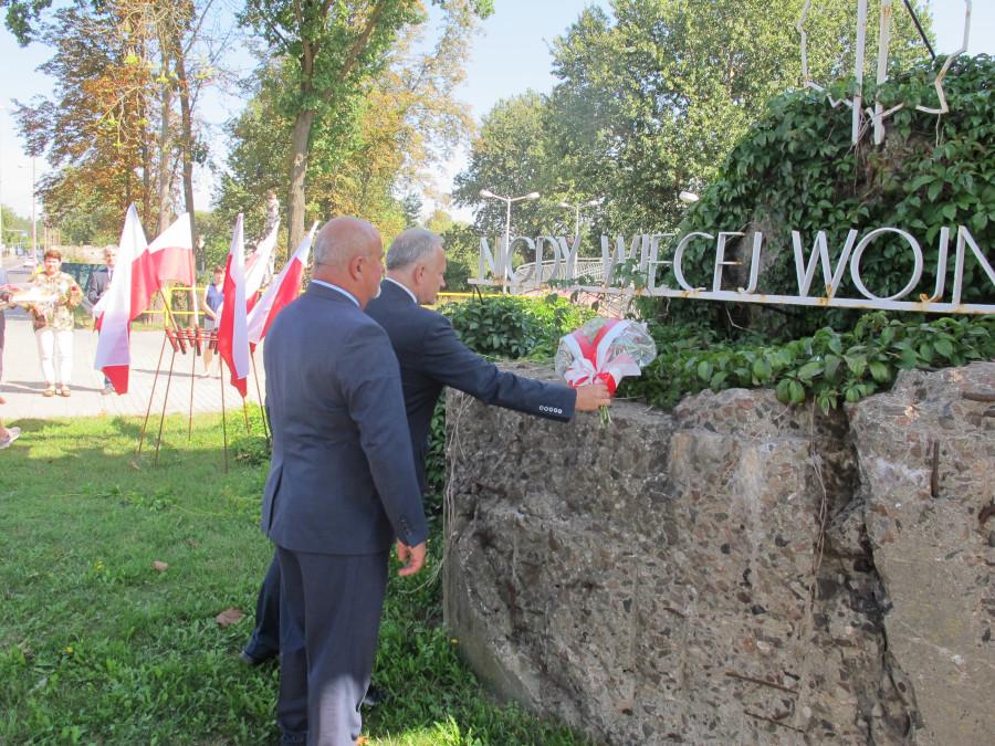 """Złożenie kwiatów przez władze Powiatu pod pomnikiem """"Nigdy więcej wojny"""" w Augustowie"""""""
