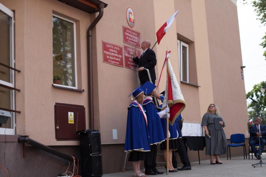 Zdjęcie z budynku ZSS tablicy z nazwą Gimnazjum Nr 5