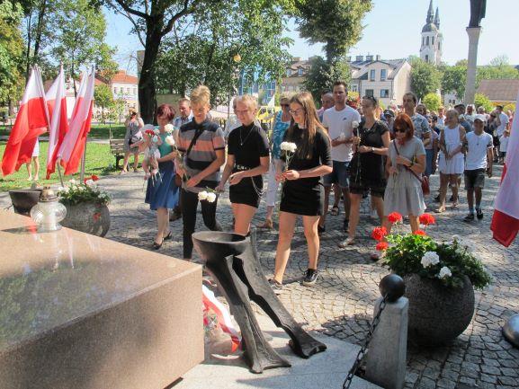 Złożenie kwiatów przez mieszkańców i turystów w 80. rocznicę wybuchu II Wojny Światowej