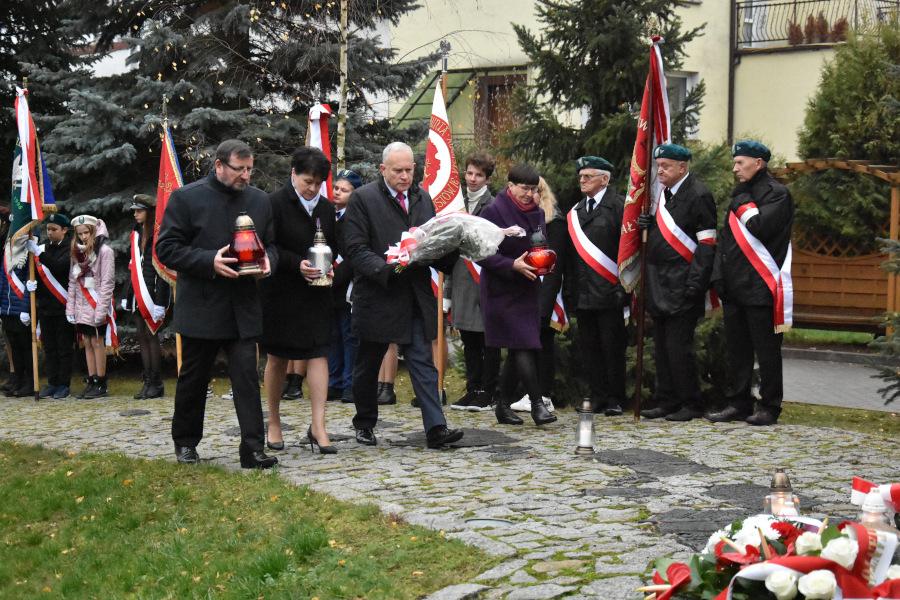złożenie wiązanek pod pomnikiem podczas obchodów Święta Sybiraków