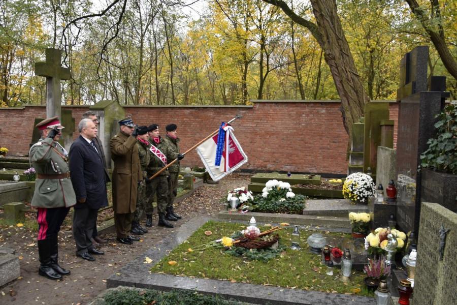 Złożenie kwiatów na Cmentarzu Powązkowskim na grobach oficerów 1 PUK