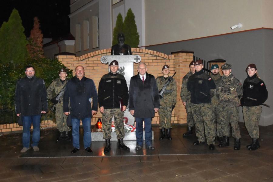 Uroczysty capstrzyk zorganizowany pod pomnikiem Marszałka J. Piłsudskiego przez POW