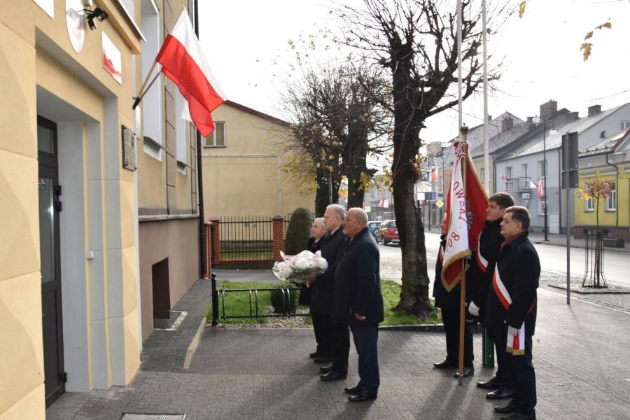 Złożenie kwiatów pod tablicą poświęconą kpt. Stanisławowi Orechwie