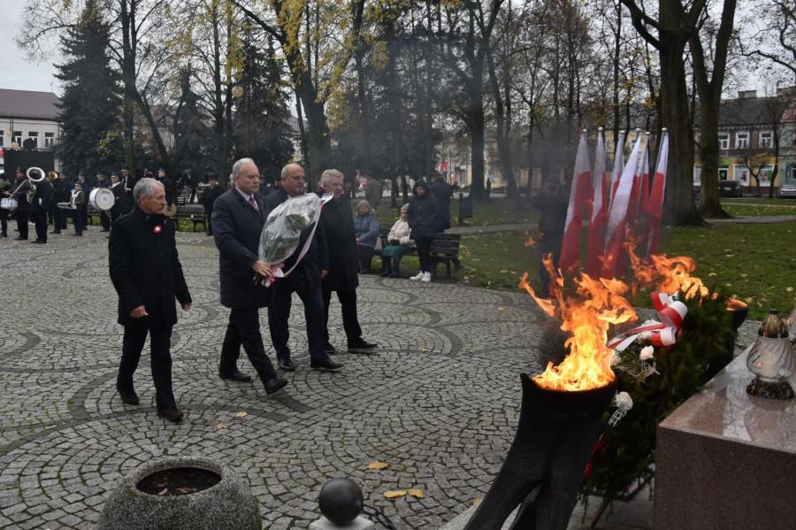 Złożenie kwiatów przez delegację Powiatu Augustowskiego pod pomnikiem na Rynku Zygmunta Augusta