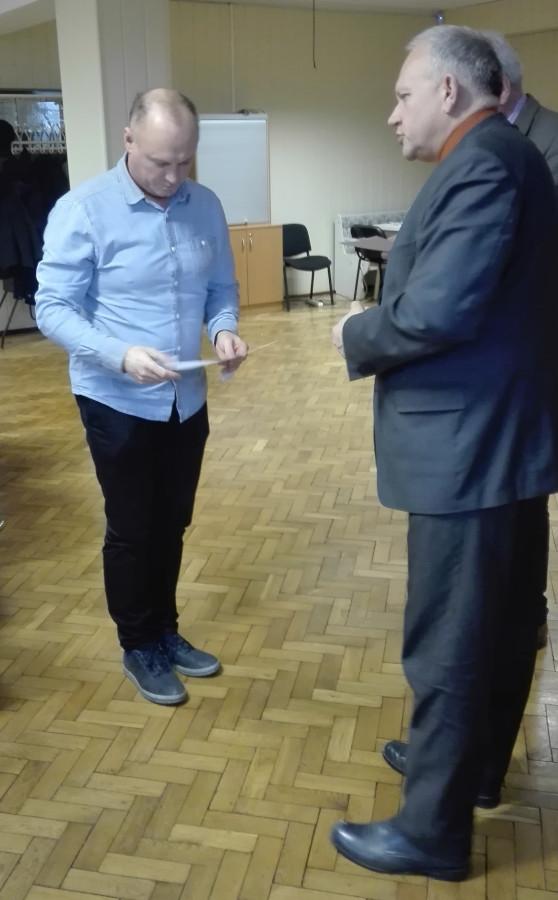 W asyście Andrzeja Krzywickiego – Dyrektora Powiatowego Urzędu Pracy, starosta wręcza akt powołania Mirosławowi Chudeckiemu
