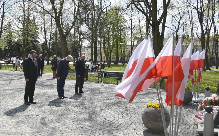 Złożenie wiązanek podczas obchodów święta Konstytucji 3 Maja w Augustowie przez delegację Powiatu Augustowskiego