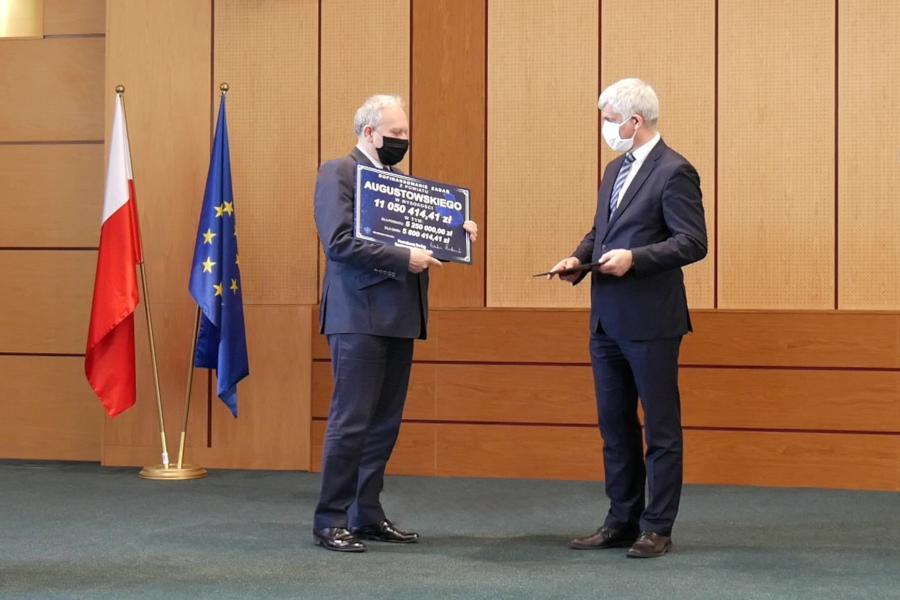 Wręczenie czeku Jarosławowi Szlaszyńskiemu – Staroście Augustowskiemu na realizację inwestycji drogowych w 2020 roku