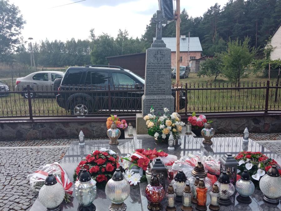 Pomnik poświęcony mieszkańcom wsi Jasionowo zamordowanym 26.08.1943 r.