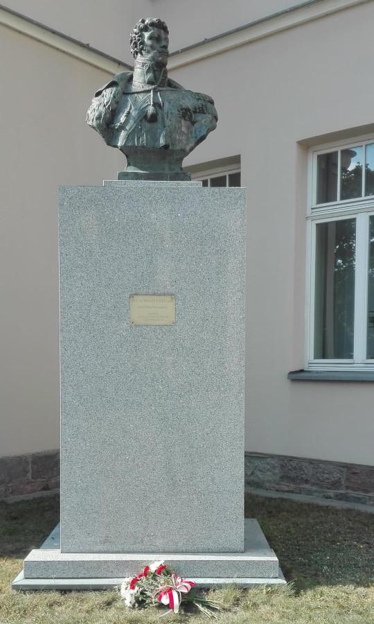 Popiersie płk. Jana Kozietulskiego w Suwałkach