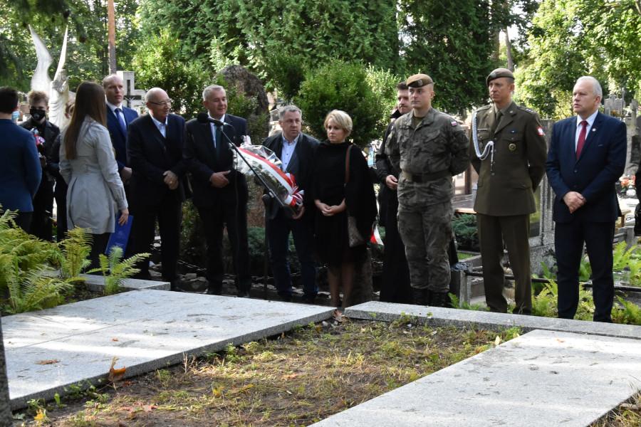 Uczestnicy uroczystości 100. rocznicy Bitwy Niemeńskiej, 81. rocznicy sowieckiej agresji na Polskę oraz Światowego Dnia Sybiraka na augustowskim cmentarzu na czele ze Starostą Augustowskim – Jarosławem Szlaszyńskim.