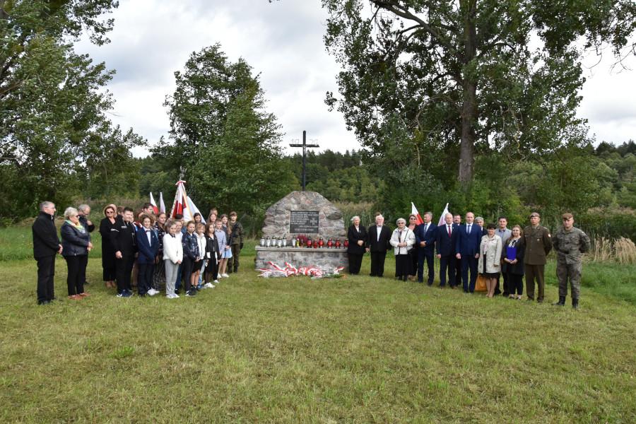 Uczestnicy uroczystości 100. rocznicy Bitwy Niemeńskiej, 81. rocznicy sowieckiej agresji na Polskę oraz Światowego Dnia Sybiraka pod pomnikiem w Białobrzegach (zdjęcie grupowe).