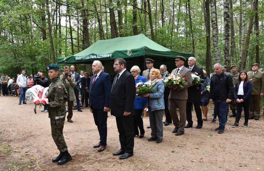 Na zdjęciu złożenie kwiatów przez Pana Starostę Augustowskiego i Prezesa Augustowskiego Koła Światowego Związku Żołnierzy Armii Krajowej