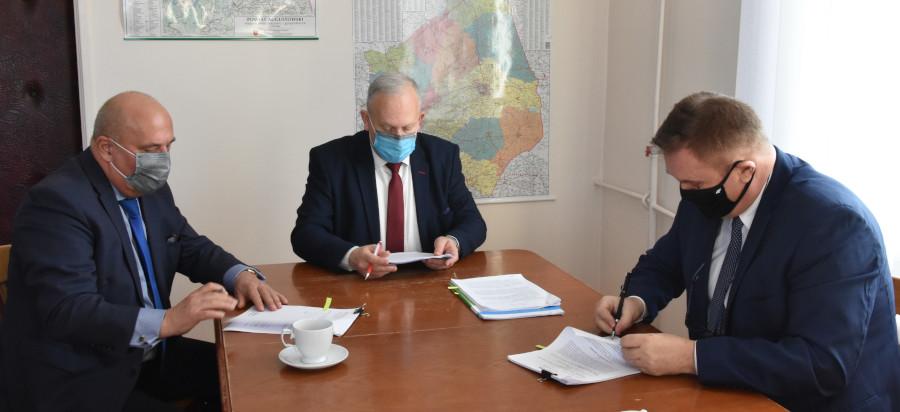 Podpisanie umowy w gabinecie Starosty Augustowskiego o świadczenie usług w zakresie publicznego transportu zbiorowego na terenie powiatu augustowskiego z firmą ŻAK TOURIST Sp. z.o.o