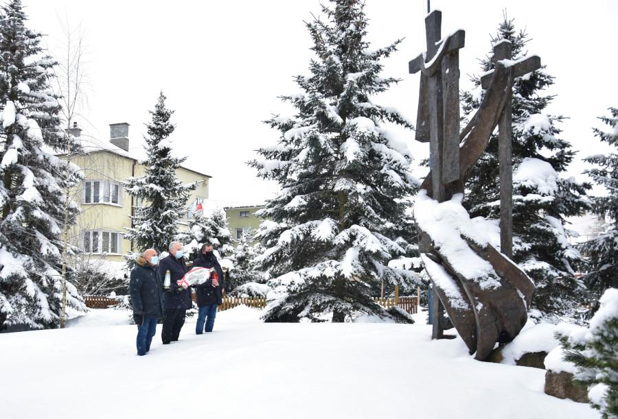 składanie wiązanki kwiatów i zapalenie znicza pod pomnikiem Sybiraków deportowanych z Ziemi Augustowskiej, usytuowanym przy kościele pw. Jana Chrzciciela w Augustowie