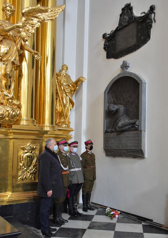 złożenie wiązanki kwiatów pod płaskorzeźbą upamiętniającą śmierć płk. Bolesława Mościckiego