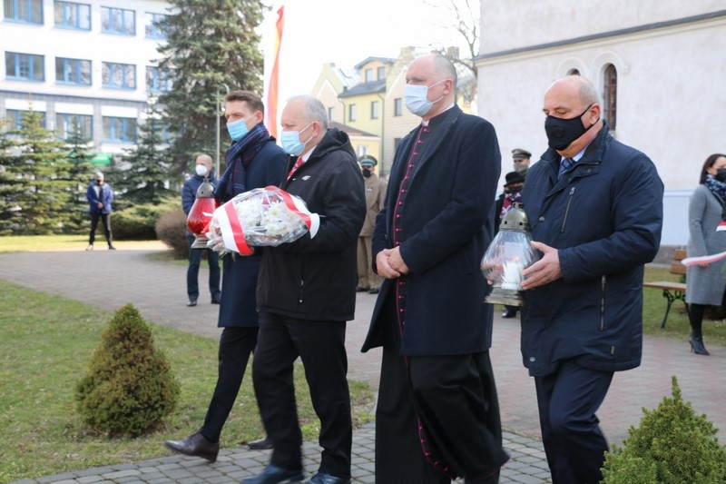 Delegacja składająca kwiaty i znicze pod pomnikiem poświęconym pamięci Polaków, którzy 10.04.2010 r. zginęli w katastrofie lotniczej pod Smoleńskiej