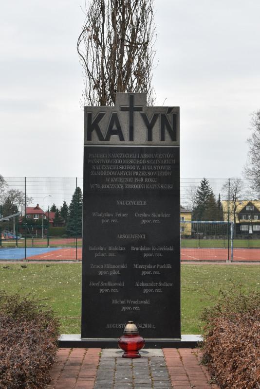 Pomnik upamiętniający nauczycieli i absolwentów Państwowego Seminarium Nauczycielskiego w Augustowie
