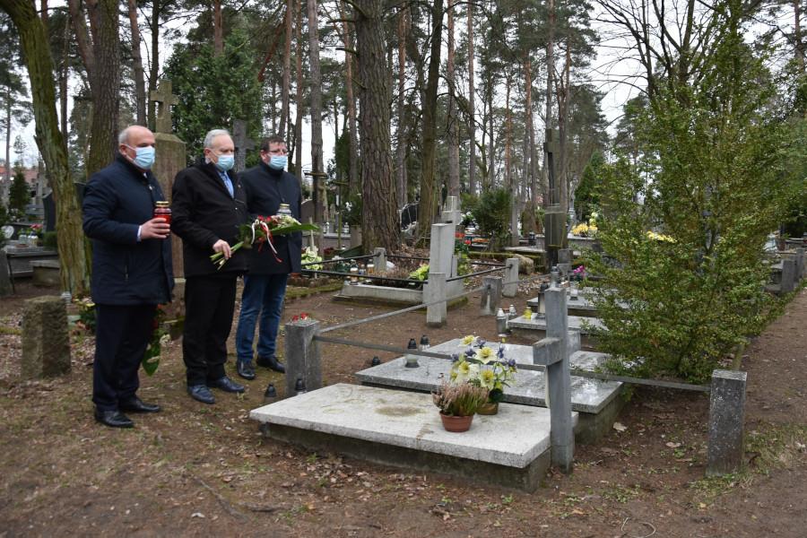 Złożenie kwiatów i zapalenie zniczy na grobach saperów, którzy zginęli w latach 1945 – 1946 przy rozminowywaniu Ziemi Augustowskiej