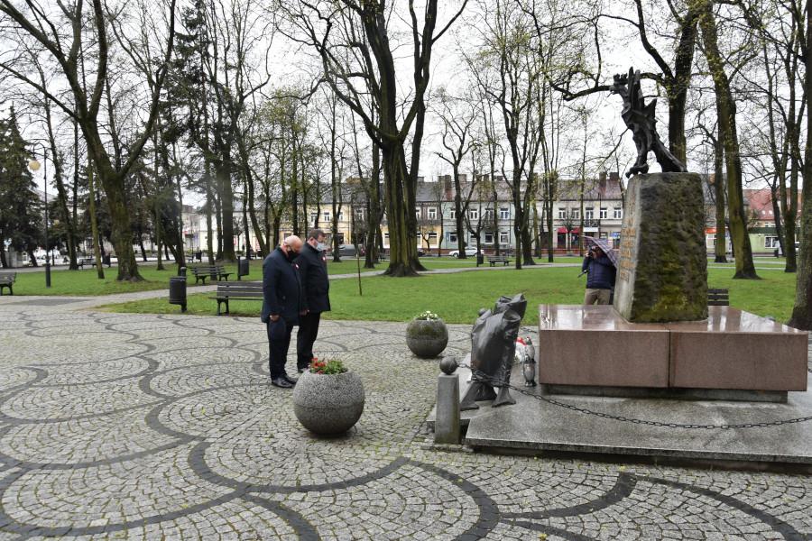 """Delegacja Starostwa Powiatowego w Augustowie podczas składania biało-czerwonej wiązanki kwiatów, pod pomnikiem: """"Tym, którzy oddali swe życie za wolną i sprawiedliwą Ojczyznę"""""""