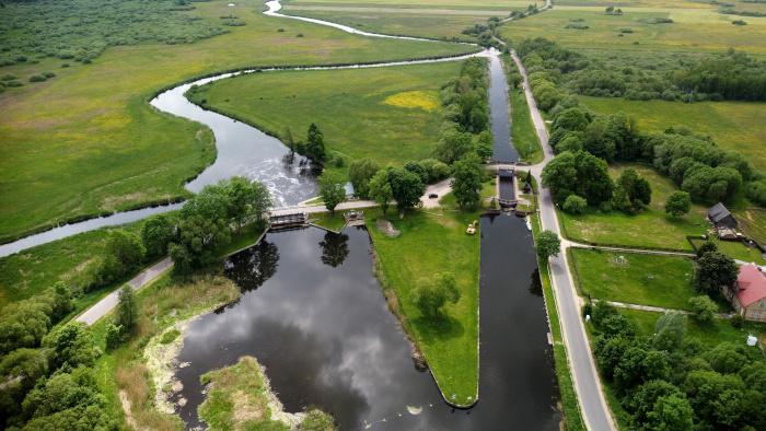 Śluda Dębowo na Kanale Augustowskim oraz elektrownia wodna - w tle rzeka Biebrza łączy się z Kanałem